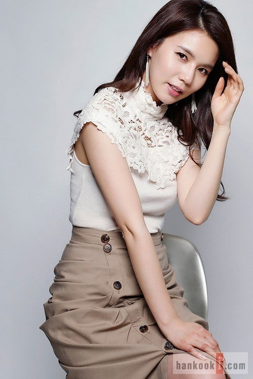 Park Shi Eun as Haessi Buin